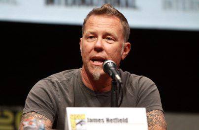 James Hetfield a construit măsuțe din lemn în scop caritabil