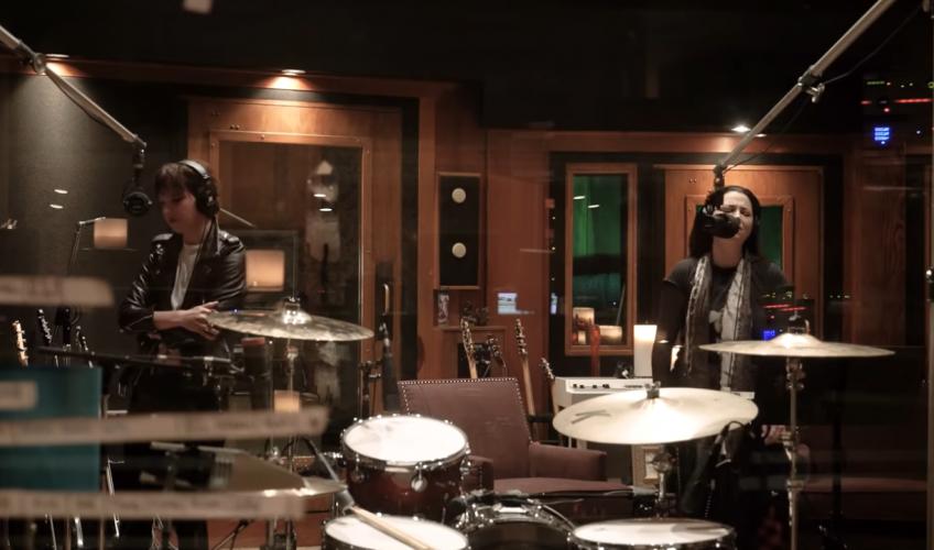 """Urmărește videoclipul piesei """"Break In"""" al trupei Halestorm împreună cu Amy Lee (Evanescence)"""