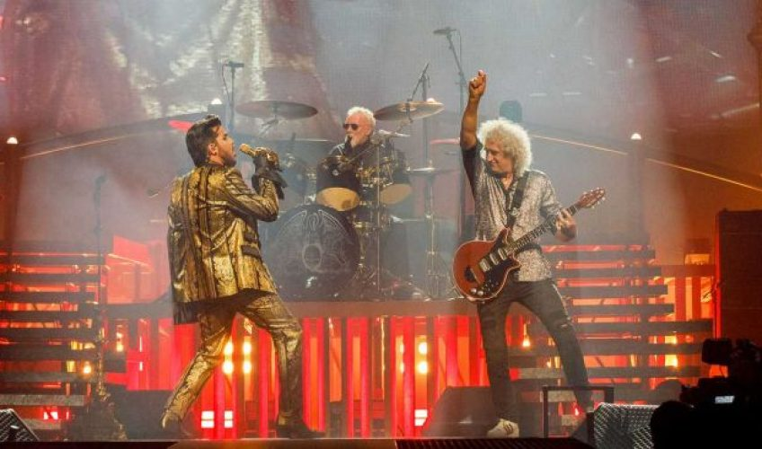 "Urmărește-i pe Queen și Adam Lambert interpretând ""The Show Must Go On"""
