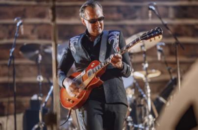 """Urmărește trailer-ul documentarului """"Guitar Man"""" despre viața chitaristului de blues Joe Bonamassa"""